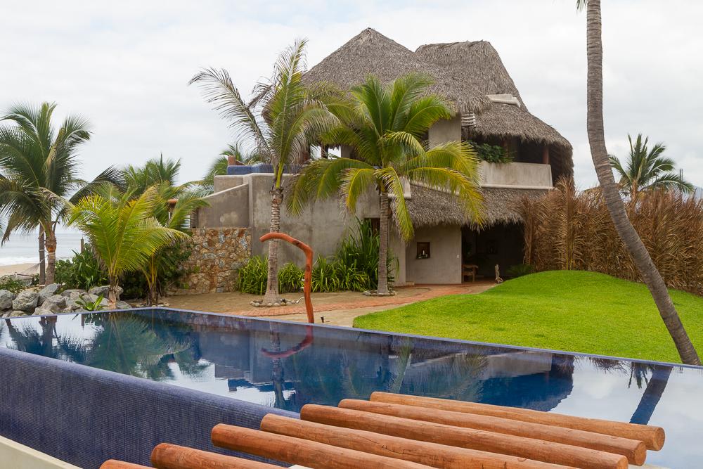 Las Palmas pool and shower